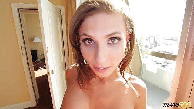 სექსი ჩაცმულ ქალსა ქალის თეთრეული და შიშველ მამაკაცთა შორის,